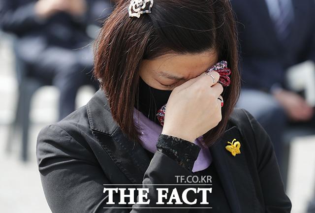 16일 오후 경기도 안산시 단원구 화랑유원지에서 열린 세월호 참사 7주기 기억식에서 한 참석자가 추도사를 듣는 도중 눈물을 흘리고 있다. /이동률 기자