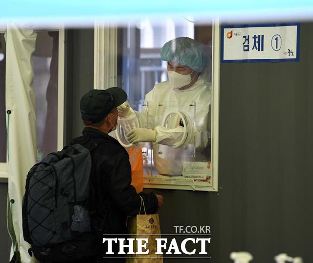 지난 9일 오후 서울 중구 서울역광장 코로나19 임시선별검사소에서 검사를 받기 위해 시민들이 줄을 서있다/더팩트 DB