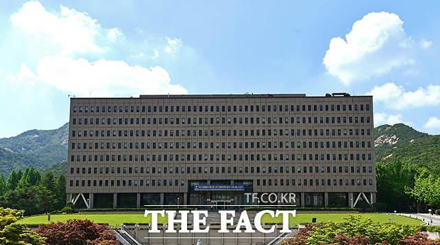 법무부 검찰국 직원 1명이 코로나19 확진 판정을 받으면서 법무부 본부 직원이 검사를 받게 된 가운데, 1235명 전원이 음성 판정을 받았다.