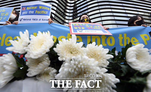 한국YWCA 연합회 회원들이 19일 오후 서울 종로구 일본대사관 앞에서 기자회견을 열고 후쿠시마 오염수 해양 방류 결정을 규탄하고 있다./임영무 기자