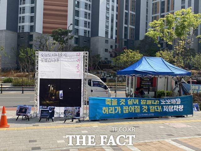 20일 오후 서울 강동구 한 아파트 앞에서 택배기사들이 농성을 하고 있다. /최의종 기자