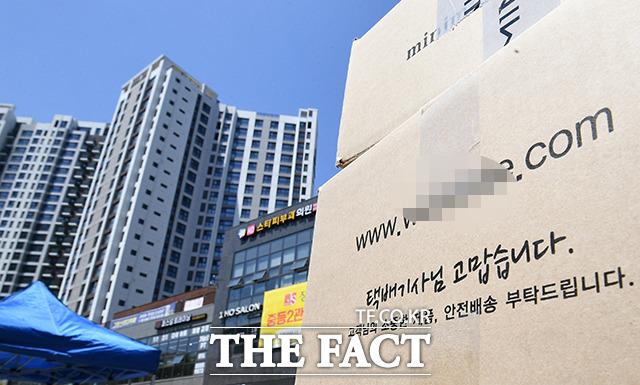 서울 강동구 고덕동 한 아파트 단지에서 택배 차량의 지상 출입을 금지하자 택배 기사들이 지난 14일 개별 배송을 중단했다. /이동률 기자