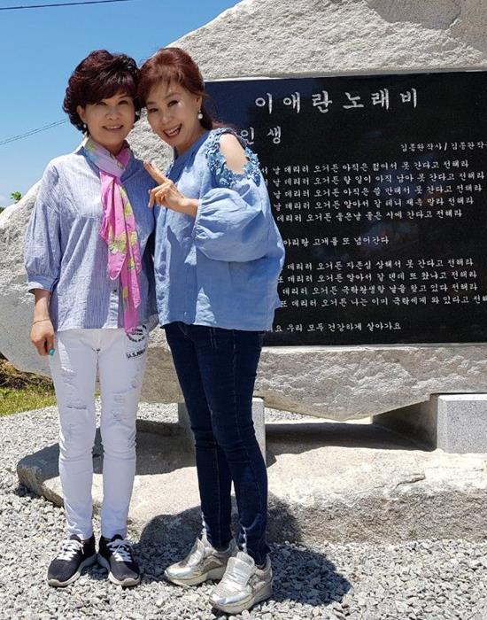 이애란(오른쪽)은 강원도 홍천에서 나고 자랐다. 모교인 홍천 남면의 매산초등학교에 노래비가 세워졌다. 사진은 노래비 앞에서 동료가수 나윤정(왼쪽)과 함께. /스타월드기획 제공