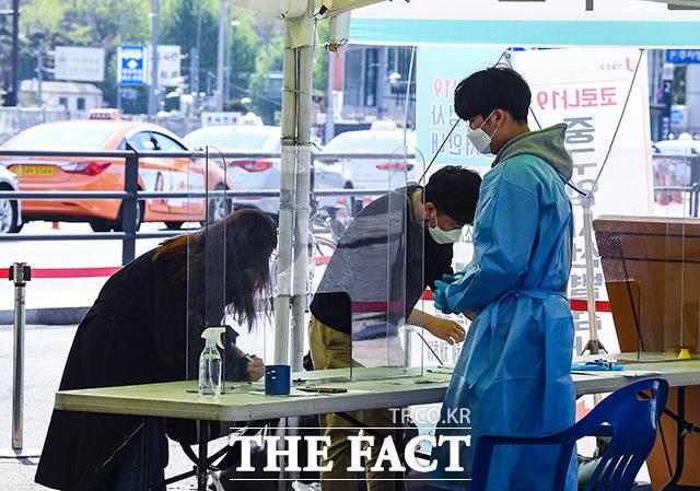 국내에서 신종 코로나바이러스 감염증(코로나19) 자가검사키트 2종이 허가를 획득했다. 19일 오전 서울 중구 서울역 광장에 마련된 선별진료소에서 시민들이 검사 전 문진표를 작성하고 있다. /이동률 기자