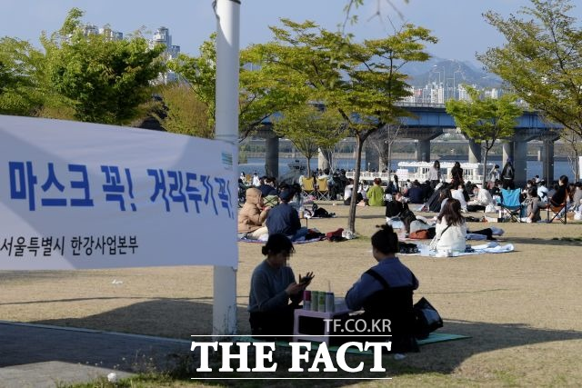 서울시가 특별방역관리 주간에 청계천과 한강공원에서 1000여 건의 방역수칙 위반 사례를 적발했다고 밝혔다. /이선화 기자