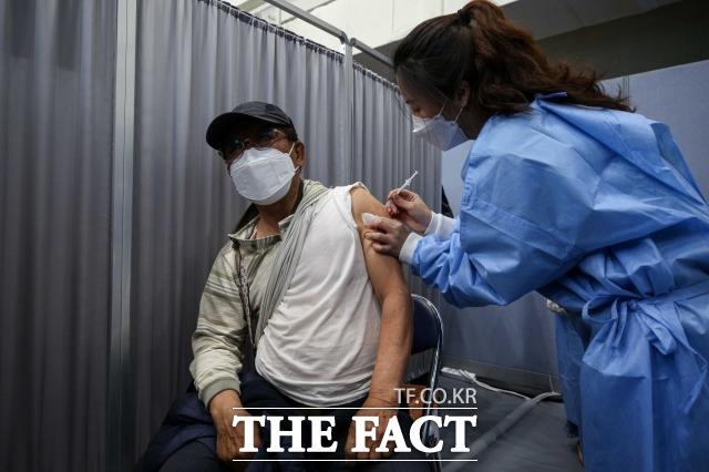 만 75세 이상 고령자들에 대한 코로나19 백신 접종이 시작된 지난달 1일 서울 송파구 체육문화회관에 마련된 예방접종센터에서 한 어르신이 접종을 하고 있다. /사진공동취재단