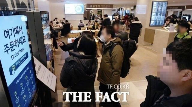 서울 시내 주요 백화점에서 직원이 코로나19에 확진됐다. 사진은 해당 기사와 직접적 관련 없음. /이선화 기자
