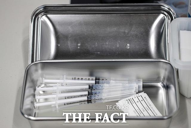 70~74세 국민을 대상으로 신종 코로나바이러스 감염증(코로나19) 백신 접종 예약이 시작됐다. 4월1일 서울 송파구 체육문화회관에 마련된 예방접종센터에서 화이자 백신이 준비되고 있다. /사진공동취재단