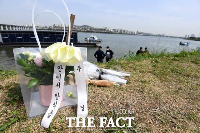 6일 오전 서울 서초구 반포한강공원 인근에 고 손정민씨를 추모하는 조화가 놓여져 있다. /임세준 기자