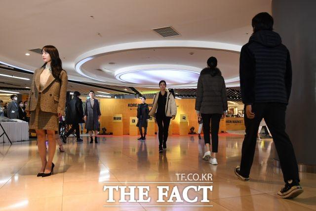 롯데백화점 본점에서 확진자가 이어지고 있다. 사진은 해당 기사와 직접적 관련 없음. /남용희 기자