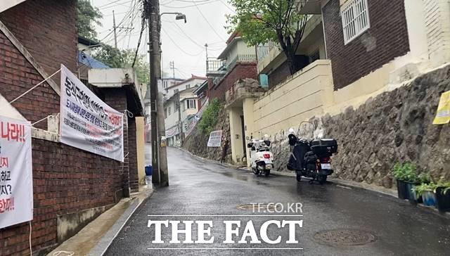 도시재생사업이 진행 중인 서울시 동작구 본동은 인근에 지역이 공공재개발 단지로 선정되면서 도시재생사업을 멈추고 공공재개발을 하자는 여론이 높았다. /이진하 기자