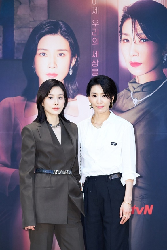 이보영(왼쪽) 김서형이 '마인'으로 뭉친다. 재벌가의 동서로 만난 이들은 강인한 여성들의 서사와 함께 '진짜 나'를 찾아 나설 전망이다. /tvN 제공