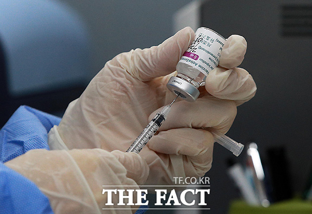 아스트라제네카(AZ) 백신을 맞고 이상 반응이 나타난 강원도의 30대 경찰관 A경위가 정밀검사를 진행한 대학병원으로부터 '상세불명의 뇌내출혈'이란 진단 결과를 받았다. 사진은 기사 내용과 무관. /더팩트 DB