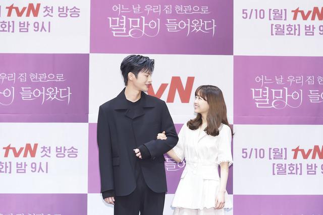 각각 3년, 2년 여 만에 안방극장에 복귀하는 서인국과 박보영이 '멸망'을 통해 초월 케미스트리를 예고하고 있다. /tvN 제공