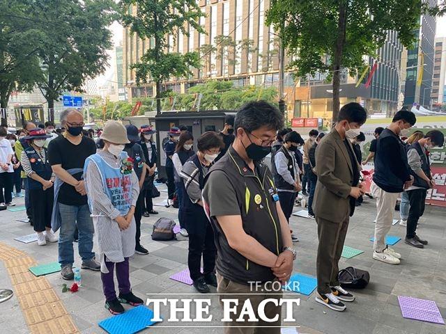 고 이선호씨 추모문화제에 참석한 시민들이 고인을 추모하며 묵념하고 있다. /최의종 기자