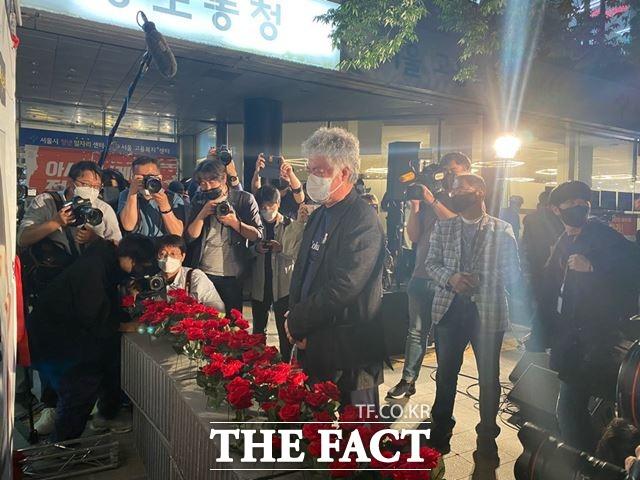 고 이선호씨 추모문화제에 참석한 고인의 부친 이재훈씨가 고인의 사진 앞에서 눈물을 훔치고 있다. /최의종 기자