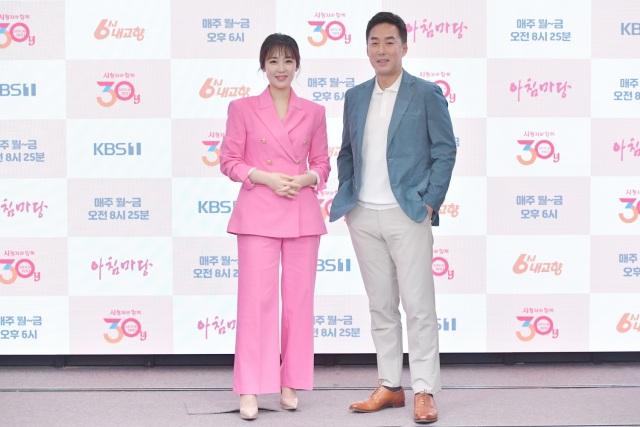 KBS1 교양프로그램 '6시 내고향'의 진행을 맡고 있는 아나운서 가애란(왼쪽)과 윤인구가 프로그램의 매력과 차별점을 전했다. /KBS 제공
