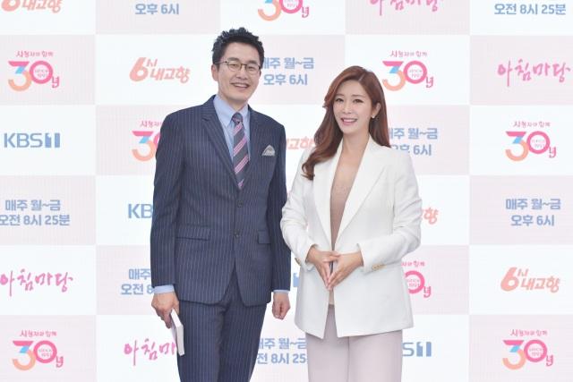 KBS1 교양프로그램 '아침마당'을 진행하는 아나운서 김재원(왼쪽) 이정민이 국민 MC라는 호칭은 과한 칭찬이라며 가족 같은 MC가 되겠다고 약속했다. /KBS 제공