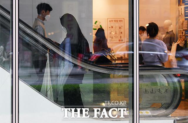 방역 당국이 올 추석쯤 마스크 착용 규제 완화가 가능할 것이라는 의견을 내놓았다. 4월 12일 서울 종로구의 한 의류매장에서 마스크를 착용한 시민들이 이동하고 있다. /이새롬 기자