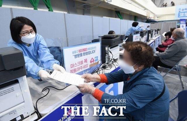아스트라제네카 백신 접종을 사전에 예약한 60~74세 어르신은 사전 예약을 취소하고 얀센 백신 잔여량을 접종할 수 있다. /이선화 기자