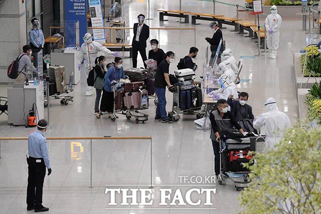 내달 1일부터 해외에서 신종 코로나바이러스 감염증(코로나19) 백신을 맞은 내외국인도 국내에 거주하는 가족을 만나러 입국할 때 격리가 면제된다. 인도 교민들이 5월4일 오전 인천국제공항으로 귀국해 검역 서류를 제출한 뒤 격리시설로 향하는 버스로 이동하고 있다. /남용희 기자