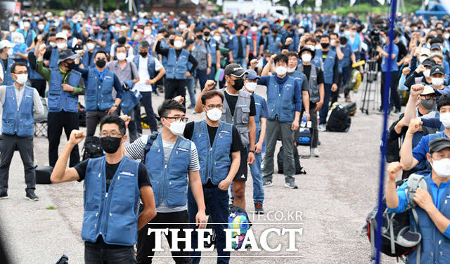 전국택배노동조합이 15일 오후 서울 영등포구 여의도공원에서 집단 상경투쟁을 진행하고 있다. /임세준 기자