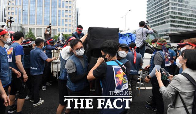 전국택배노동조합이 15일 오후 서울 영등포구 여의도공원에서 집단 상경투쟁을 진행하는 가운데 방송장비 반입을 둘러싸고 조합원들과 경찰과의 마찰이 발생했다. /임세준 기자