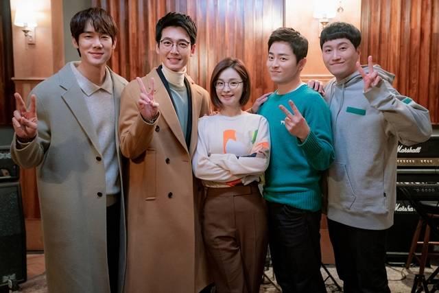 '99즈'는 두 번째 시즌인 만큼 한층 더 깊어진 '케미'와 공감할만한 소소한 이야기로 재미를 선사할 계획이다. /tvN 제공