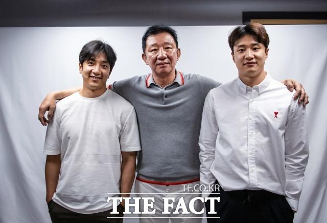 농구 감독 허재(가운데)가 현역 농구선수인 두 아들 허웅(맨 오른쪽), 허훈이 여자친구가 없는 이유를 공개해 관심을 끌었다. 예능인으로 변신한 허재는 최근 두 아들과 함께 '코삼부자'로 불리며 방송가의 주역이 됐다. /더팩트 DB
