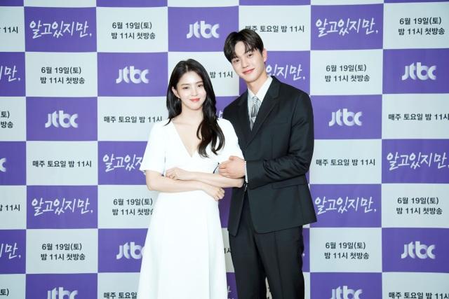 배우 한소희와 송강이 JTBC 새 토요드라마 '알고있지만' 극 중 캐릭터 유나비와 박재언에게 완벽히 녹아든 모습으로 눈길을 끌었다. /JTBC 제공