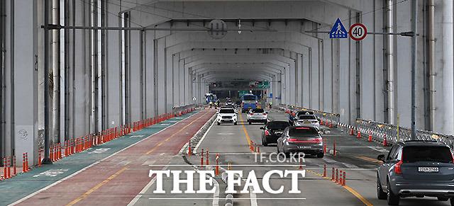 서울시가 잠수교를 전면 보행교로 바꾸는 사업을 추진한다. 2020년 8월14일 오전 잠수교에서 차량들이 이동하고 있다. /이효균 기자