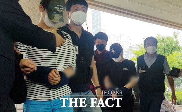 마포 오피스텔 감금 살인 사건의 피의자들이 지난 15일 오전 서울 마포구 서울서부지방법원에서 열린 구속 전 피의자 심문에 출석하고 있다. /뉴시스