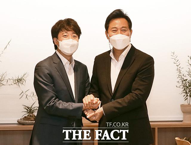 이준석 대표(왼쪽)는 오세훈 시장의 정책 현안에 공감하며 협조할 것을 약속했다. /국회사진취재단]