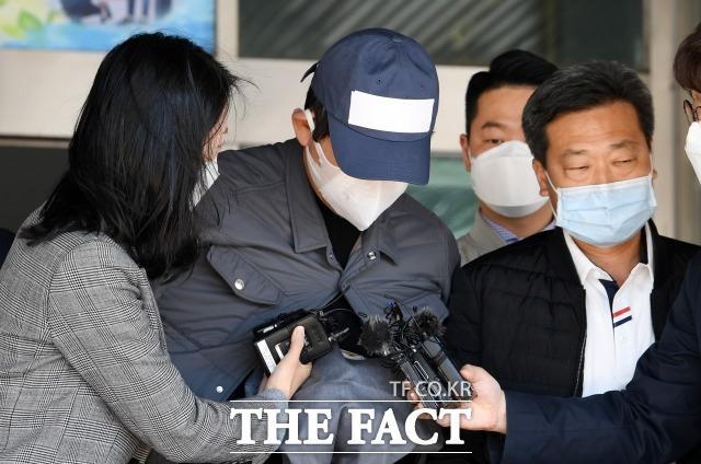 김봉현 전 스타모빌리티 회장으로부터 술접대를 받은 혐의로 기소된 현직 검사 측이 당시 접대 자리는 \