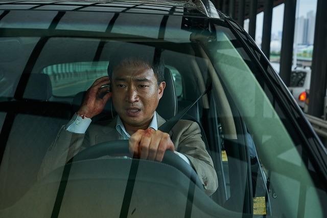 조우진은 영화 '발신제한'에서 일과 명예, 가족을 모두 지키기 위해 부산 도로를 질주하는 남자 성규 역을 맡았다. /CJ ENM 제공
