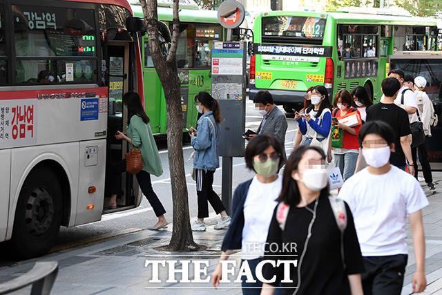 서울 버스 노사가 지난해와 달리 올해 임단협에서는 진통을 겪고 있다. 여러 차례 협상에도 좀처럼 합의점을 찾지 못하면서 파업 직전까지 갔던 2년 전처럼 장기화될 가능성도 엿보인다. /남용희 기자